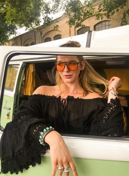 Zeige deine sonnengeküssten Schultern mit unserem Lola Dress. Dein schwarzes Bohokleid aus halbtransparenten Rayon, für ein luftig-leichtes Sommergefühl.